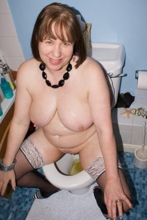 Sexy MILF Peeing